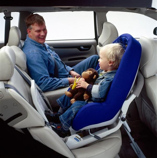 Na zdjęciu: Fotelik VOLVO dla dzieci w wieku do 3-4 lat montowany tyłem do kierunku ruchu przy użyciu ISOFIX