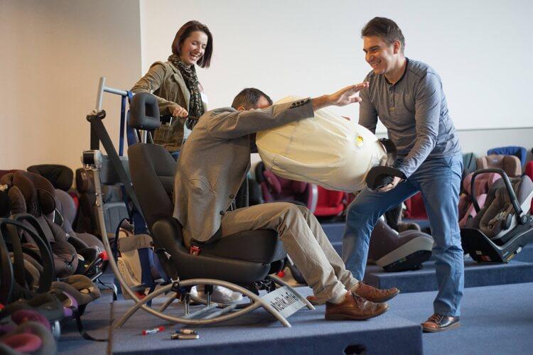 Szkolenie dla sprzedawców, demonstracja działania poduszki powietrznej. Uczymy na wesoło, materiał lepiej wchodzi kursantom do głowy.