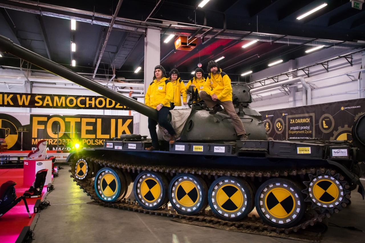 Ekipa fotelik.info na czołgu