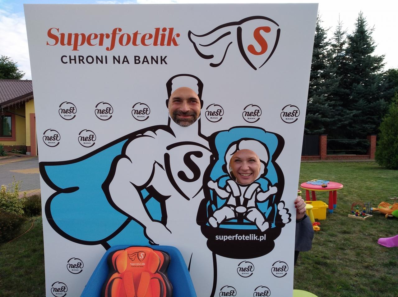 Superfotelik CHRONI NA BANK