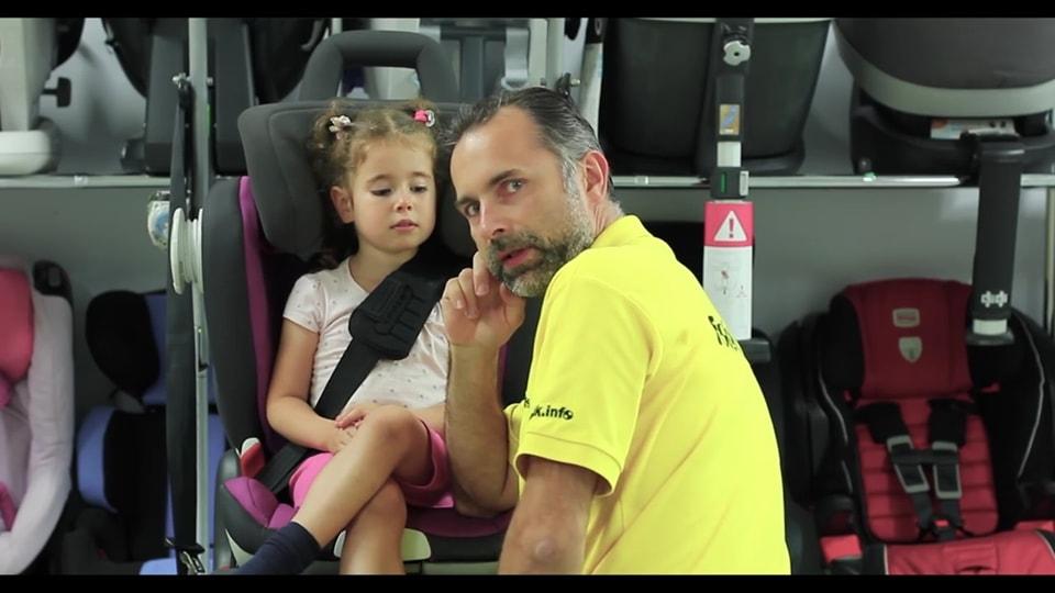Paweł Kurpiewski na przykładzie swojej córki pokazuje, że nawet najlepszy fotelik z 5 w testach może nie pasować do Twojego dziecka.