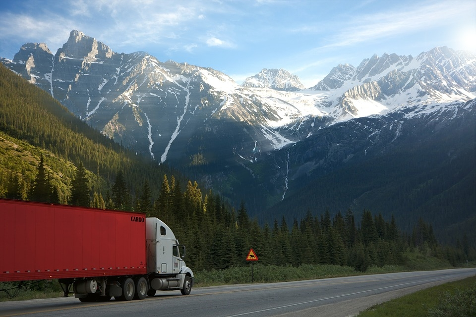 Dzieci podróżujące ciężarówkami i samochodowymi MUSZĄ siedzieć w foteliku