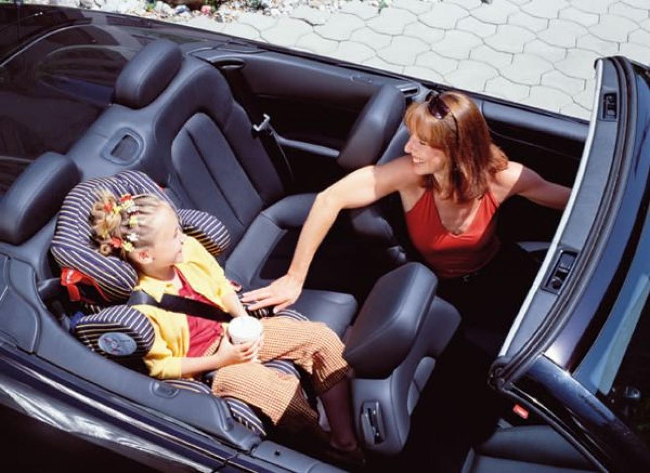 Jeśli w Twoim samochodzie nie masz możliwości zamontowania fotelika na środkowym siedzeniu, posadź dziecko od strony pasażera. To dużo bezpieczniejsze rozwiązanie niż na siedzeniu za kierowcą.