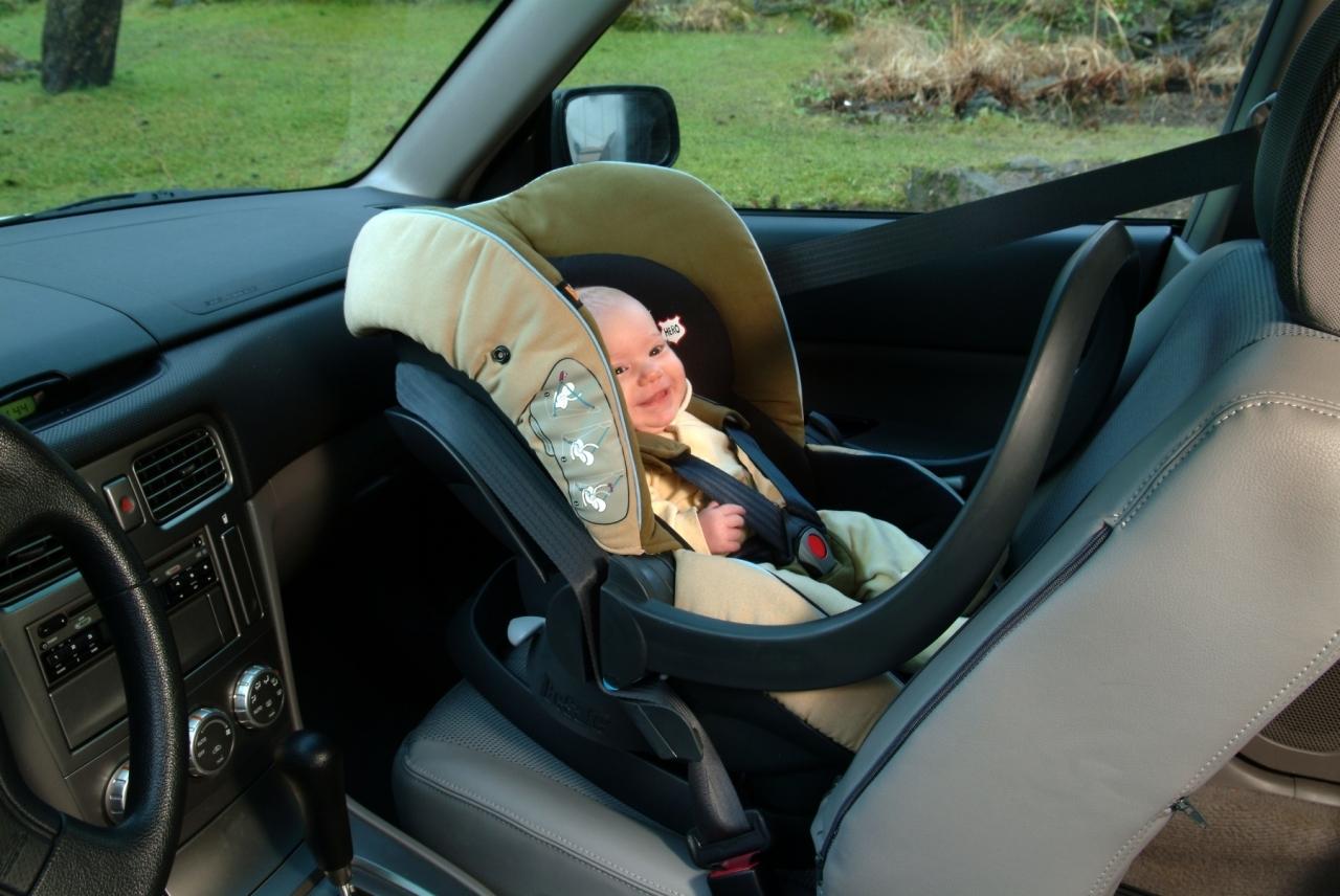 Montując fotelik na przednim siedzeniu narażasz dziecko na niebezpieczeństwo uderzenia poduszką powietrzną