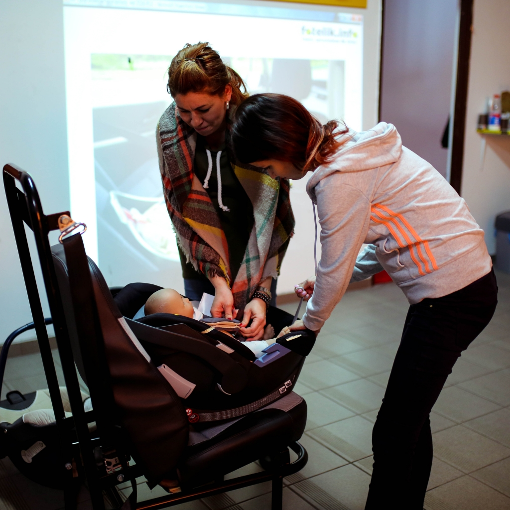 Czym może się skończyć posadzenie niemowlęcia w foteliku przodem do kierunku jazdy? Niczym dobrym. NIGDY PRZENIGDY tego nie rób.