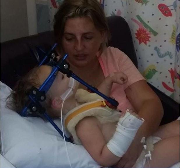 Dziewczynka ma dużo szczęścia, że przeżyła. Jej mama ( i my też!) apelujemy - woźcie dzieci tyłem do kierunki jazdy najdłużej jak się da!