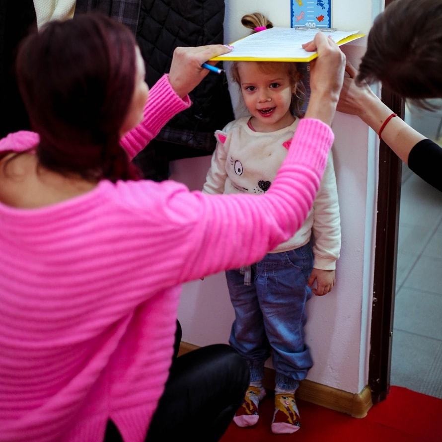 Najpierw trzeba zmierzyć i zważyć dziecko! :)