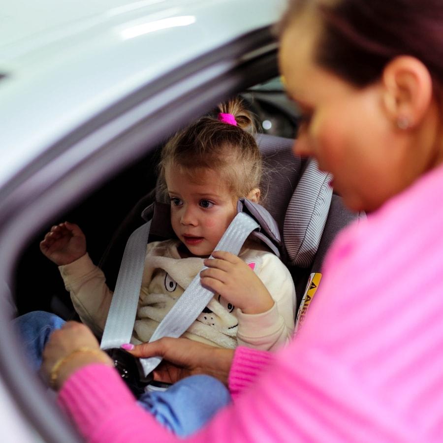 Krótki kurs dla mamy z zapinania pasów u córeczki :)