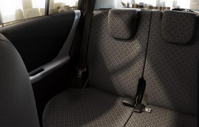 Wnętrze Toyoty Yaris z 2011 roku, niemal idealnie płaskie siedzenia tylnej kanapy
