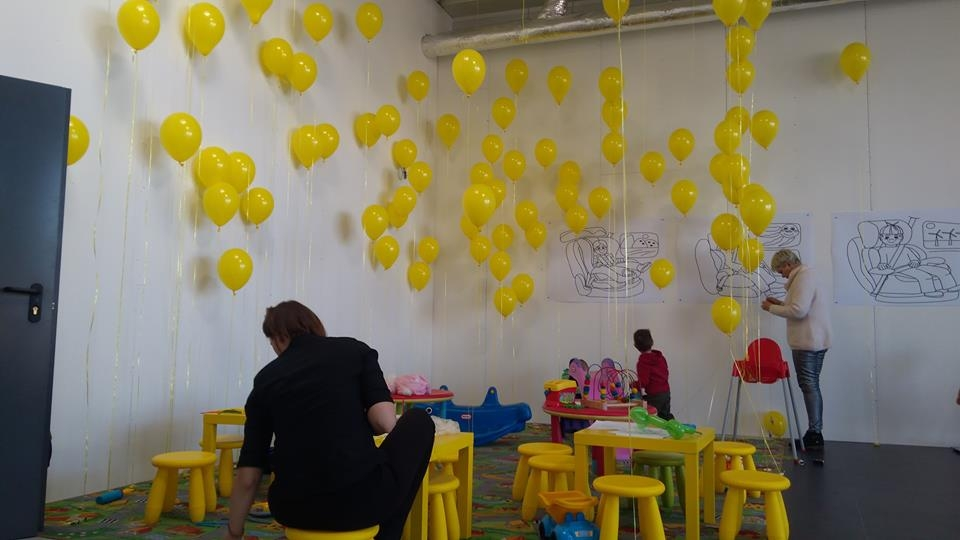Do dyspozycji dzieci oprócz placu zabaw, były dziesiątki balonów napełnionych helem i... cukierkami ;-)