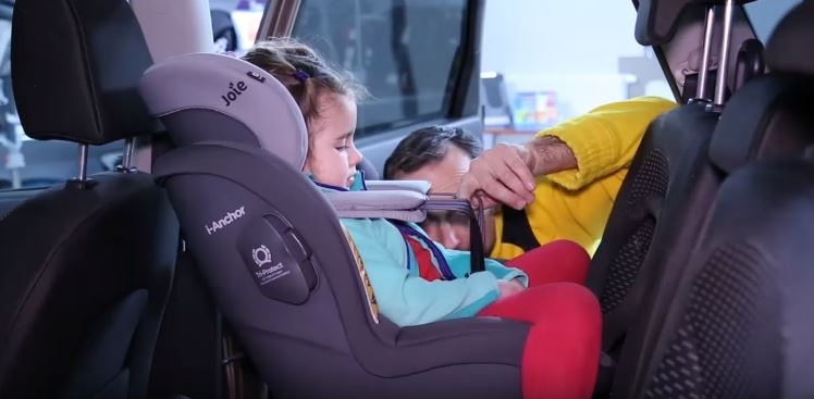 Te luzy powstały przez... kurtkę. Jeżeli chcesz, aby Twoje dziecko było prawidłowo zapięte, pasy naciągaj na bluzkę. Nigdy na kurtkę czy kombinezon.