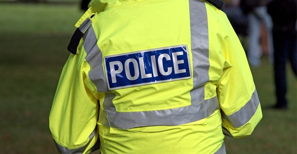 Podczas kontroli policji, pasażerka próbowała ukryć dziecko pod nogami, zasłaniając je ubraniami