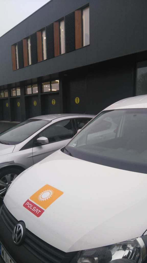 Samochód Telewizji Polsat a w tle bramy Centrum Bezpieczeństwa fotelik.info, gdzie możesz wjechać samochodem aby dobrać bezpieczny fotelik dla swojego dziecka