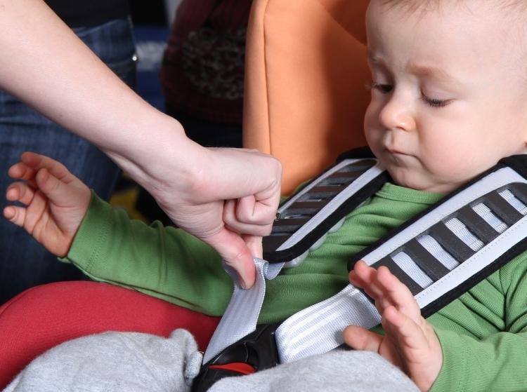 Dziecko w foteliku powinno być zapięte tak mocno, aby nie dało się wykonać testu szczypnięcia. Czyli? Najprosciej rzecz ujmując - aby pasy były tak mocno napięte, że nie da się ich uszczypnąć :-)