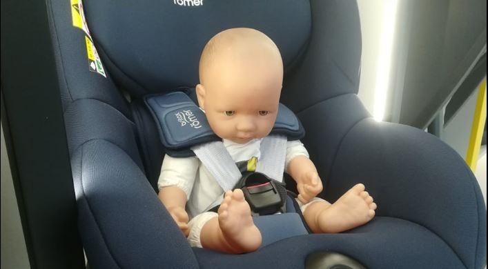 Na zdjęciu widzimy dziecko w foteliku, który do niego nie pasuje. Podstawą w doborze fotelików jest sprawdzenie kątów, czyli to czy fotelik pasuje do naszego samochodu, oraz czy pasuje do indywidualnej budowy ciała dziecka