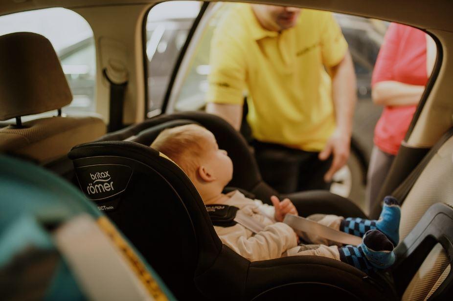 Prawidło zamontowany fotelik ZWIĘKSZA szanse Twojego dziecka podczas wypadku! Nigdy nie kupuj go na oko i bez przymiarki.