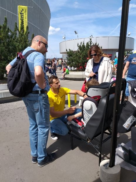 Nie zabrakło również gwoździa programu, czyli fotelików :-) Na zdjęciu, technik Wojtek prezentuje jak powinien przebiegać pas bezpieczeństwa u dziecka, w foteliku 15-36 kg
