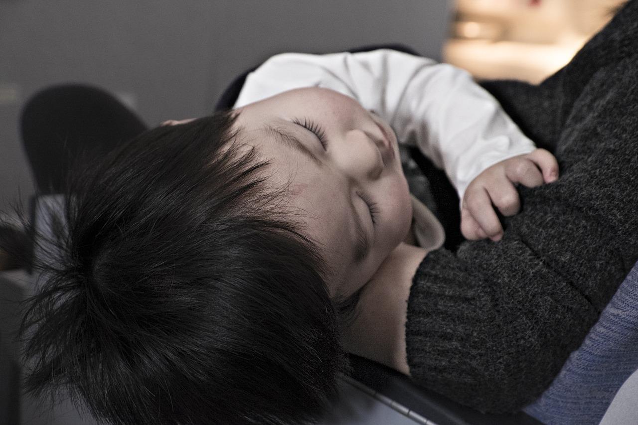 Twoje dziecko po podróży jest wyczerpane płaczem i wymiotami? Poznaj kilka sposobów, jak złagodzić objawy choroby lokomocyjnej!