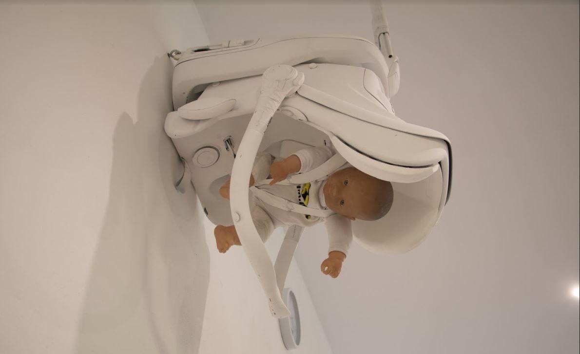A czy Twoje dziecko przeżyłoby wypadek? Na zdjęciu widzimy fotelik, który jest fragmentem wystawy foteliki z historią. Niektóre z nich uratowąły dzieci z wypadku, a inne nie... Powód? Brak testów zderzeniowych, złe zapięcie lub montaż. Sprawdź czy TWÓJ fotelik jest bezpieczny i czy TWOJE dziecko w nim, odpowiednio chronione!