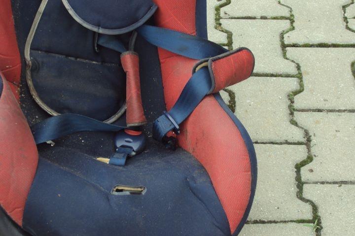 Tyle zostało z pseudo-fotelika po zderzeniu...