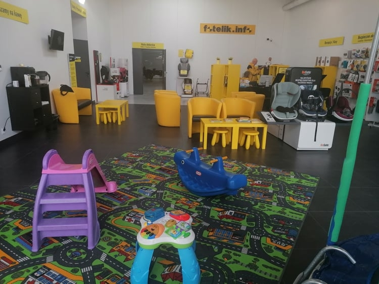 Wszystkie foteliki dobierane są w ciepłej hali doborów. Do dyspozycji dzieci jest również plac zabaw, a do dyspozycji rodziców - pyszna kawa i herbata. Na miejscu znajdziecie również łazienki z przewijakami dla najmłodszych. Zapraszamy!
