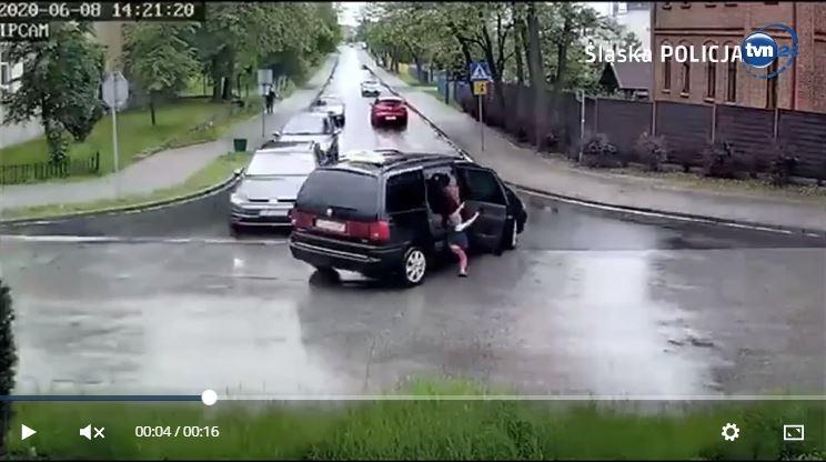 Zrzut ekranu z VIDEO, które od dwóch dni krąży w sieci. Na zdjęciu 4-letni chłopiec, który wypada z samochodu na zakręcie