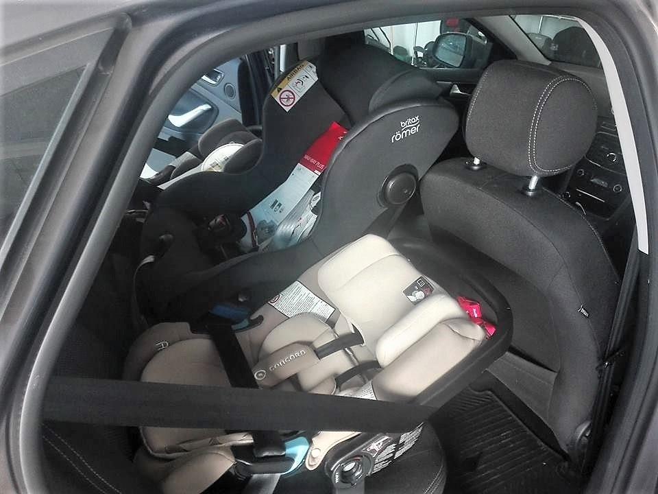 Czy trzecie dziecko może jeździć bez fotelika? Odpowiadamy od strony prawnej i przedstawiamy stanowisko Centrum Bezpieczeństwa fotelik.info