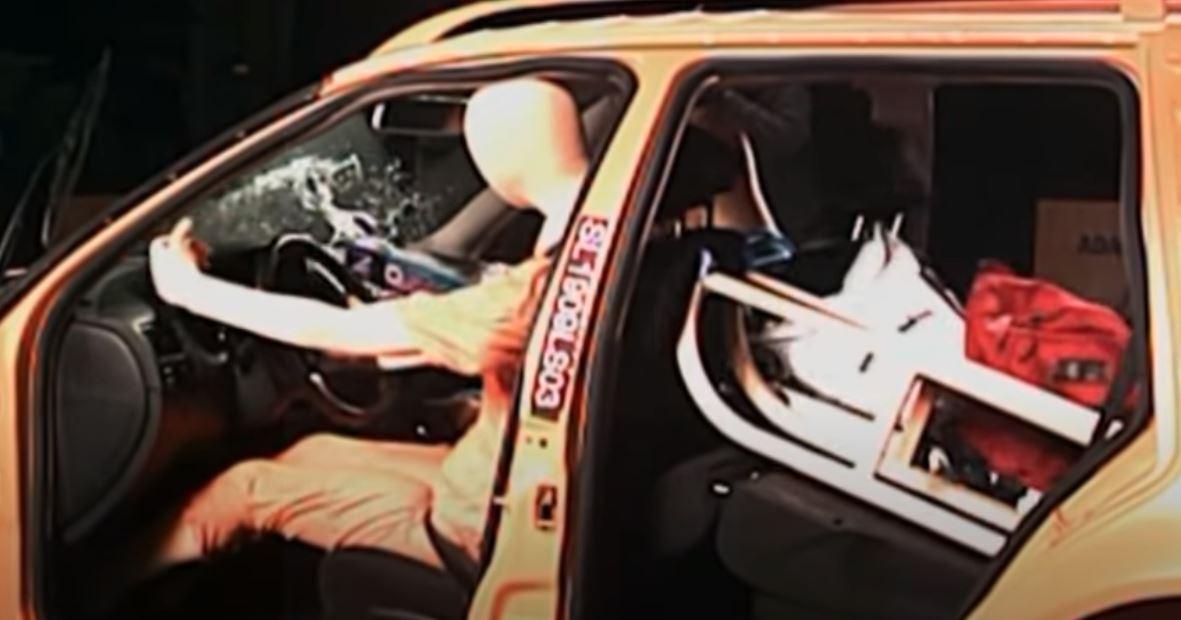 Narty położone luzem w aucie? Sanki na tylnym siedzeniu? Zobacz czym może to grozić podczas wypadku!