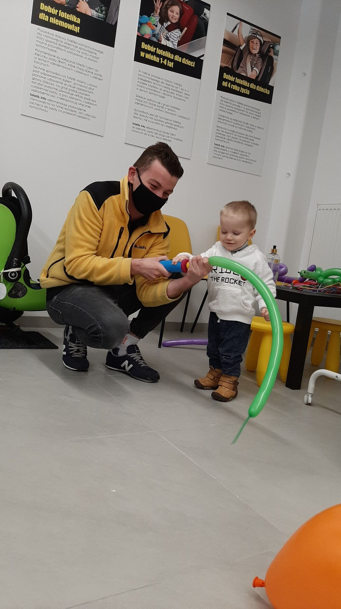 Na zdjęciu technik Mateusz Kolarz! Przyjechał prosto z punktu fotelik.info w Chorzowie i jak widać... dzieci nie odstępują go na krok. Mistrz w robieniu balonowych zwierzaków i dobieraniu fotelików :-)