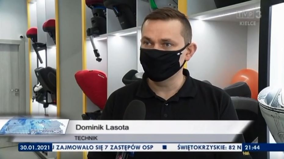 Na zdjęciu technik Dominik Lasota w rozmowie dziennikarzami TVP3 Kielce. Opowiedział między innymi o bezpieczeństwie dziecka w podróży oraz o komforcie podróży w foteliku
