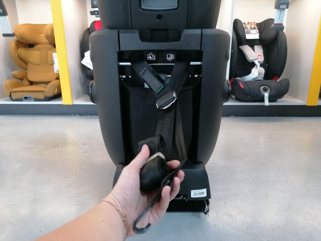 Pas top tethera jest zakończony hakiem służącym do zamocowania go w samochodzie