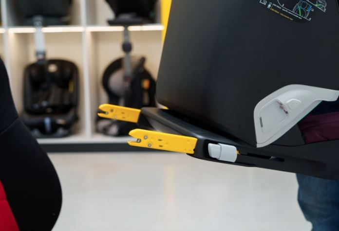Zaczepy mocujące systemu ISOFIX znajdują się na dole z tyłu fotelika samochodowego.<br />