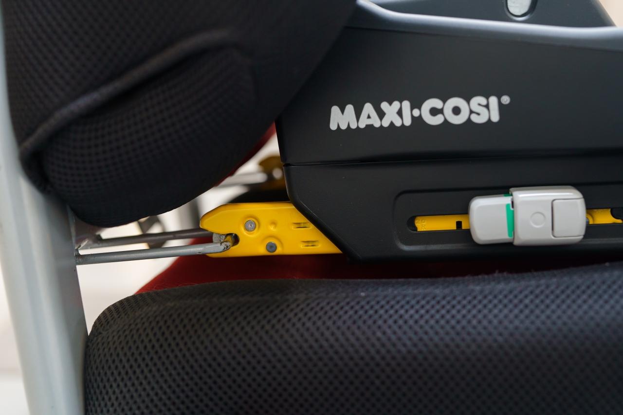 Zaczepy mocujące systemu Isofix wczepione są w dwa uchwyty zamontowane w samochodzie.