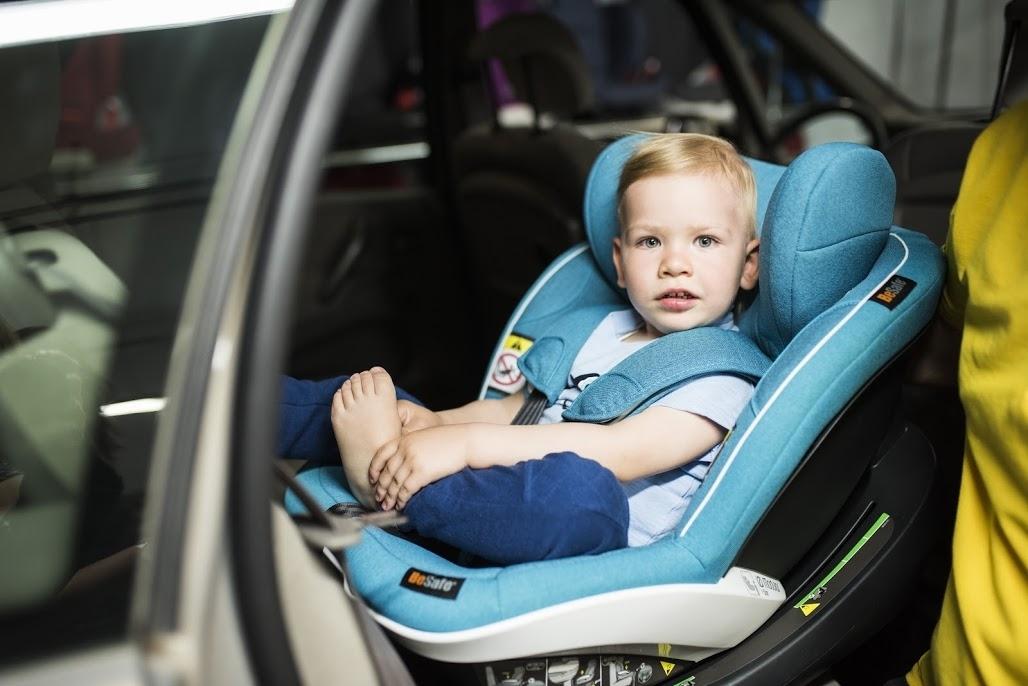 Przewożenie dziecka na tylnym siedzeniu jest bezpieczniejsze niż na przednim!