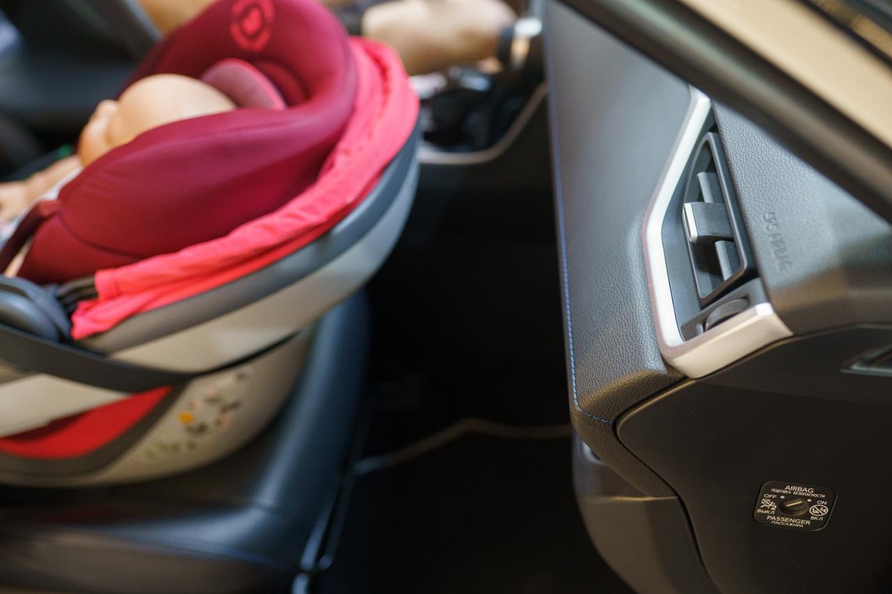 W prawym dolnym rogu widzimy wyłącznik do poduszki powietrznej. Na zdjęciu jest on włączony. Pamiętajmy o tym aby BEZWZGLĘDNIE wyłączyć go, kiedy montujemy fotelik RWF na przednim siedzeniu