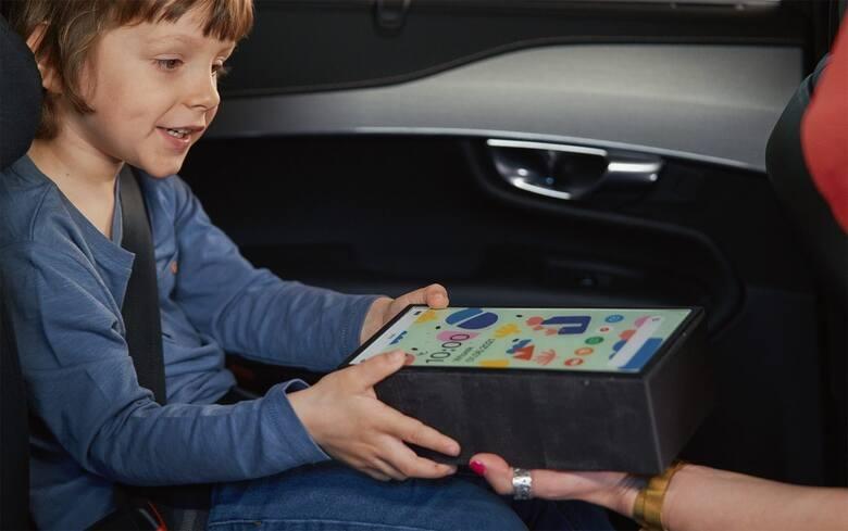 Dajesz dziecku w samochodzie tablet? Niezabezpieczone urządzenie podczas wypadku może ważyć nawet 10 kg - tyle co cegła