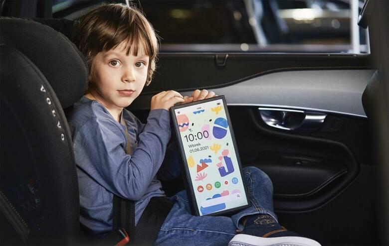Telefon, który waży tyle co cegła? Volvo sugestywnie pokazuje, czym staje się tablet podczas wypadku