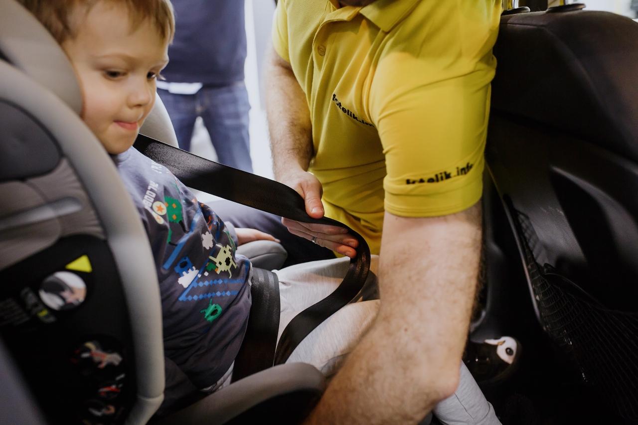 Czy wiesz, że wśród fotelików samochodowych możesz wybrać model mocowany w Twoim samochodzie za pomocą pasów?