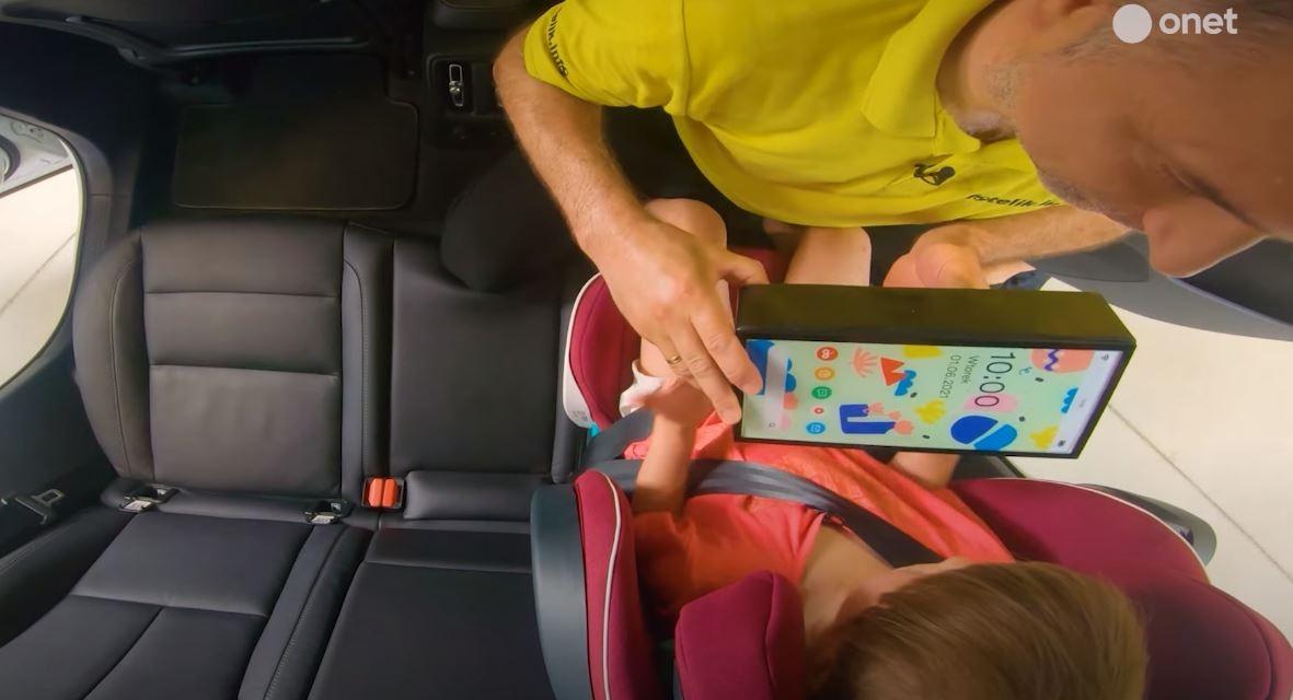 """Volvo w nowej kampanii Tablet jak cegła obrazowo pokazuje, ile """"waży"""" tablet podczas zderzenia. Czy dałbyś swojemu dziecku cegłę do zabawy w samochodzie? Pewnie nie. Dlaczego więc dajesz mu tablet?"""