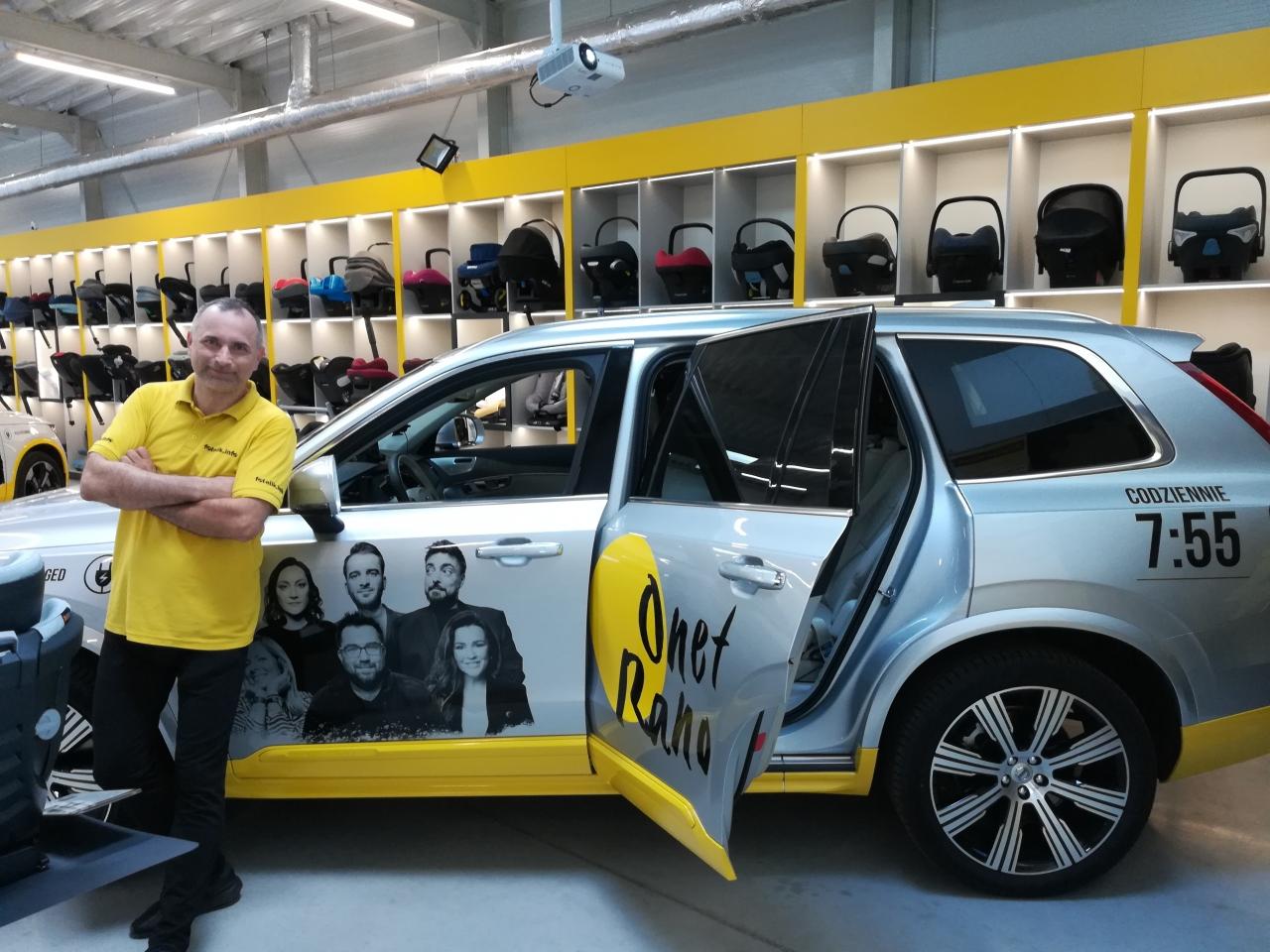 Samochód ekipy Onet Rano w salonie fotelik.info