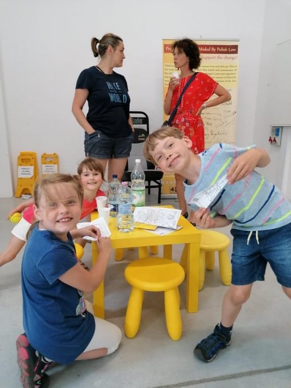 Mali statyści: Julka, Helenka i Ignacy oraz ich mamy