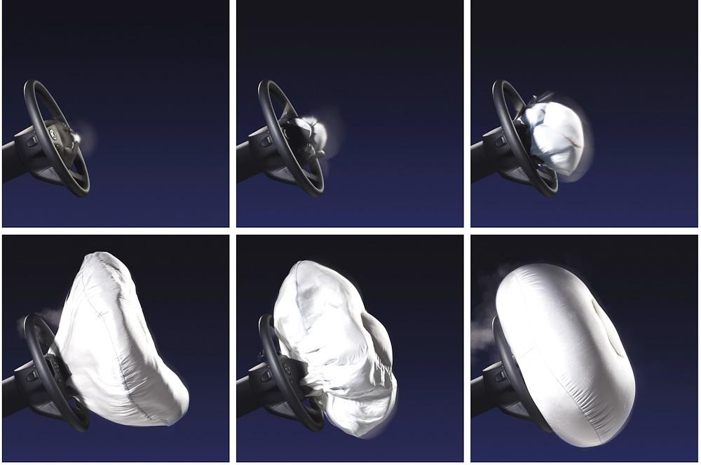 Poduszka powietrzna ukryta w kierownicy otwiera się z prędkością około 300 km/h