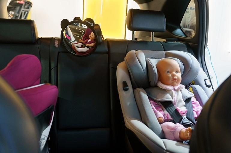 Lusterko do obserwacji dziecka zamontowane na zagłówku kanapy