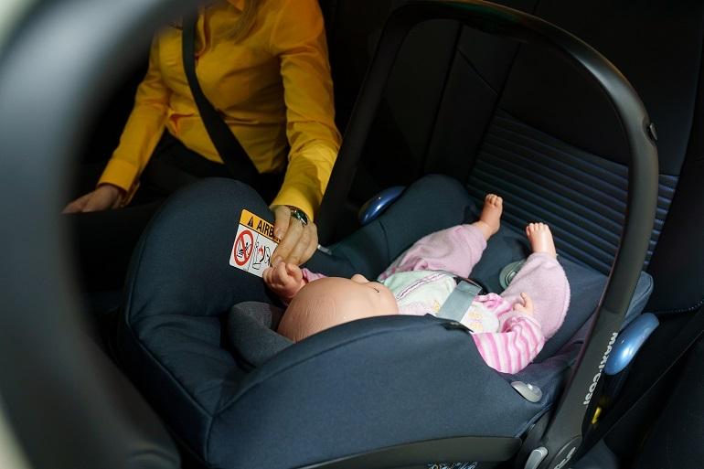 Chociaż mamy podczas podróży często siadają z tyłu, obok dziecka - nie jest to bezpieczne rozwiązanie.