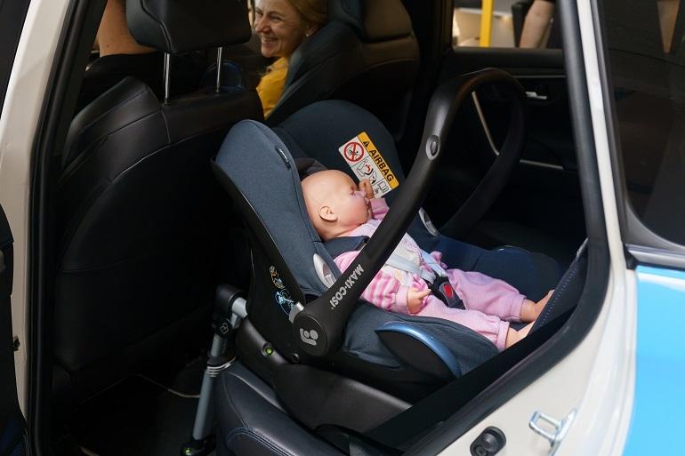 Siedząc na przednim siedzeniu pasażera mama jest odpowiednio chroniona i zapewnia sobie maksymalny komfort podczas jazdy!
