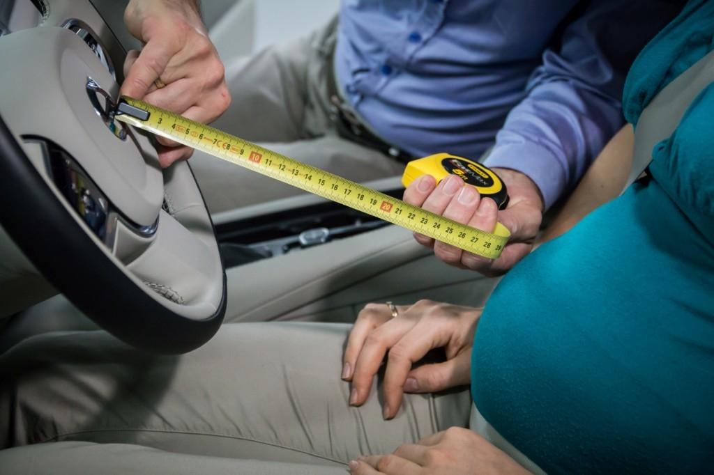 Odległość brzuszka od dolnej krawędzi kierownicy powinna wynosić minimum 25 cm!