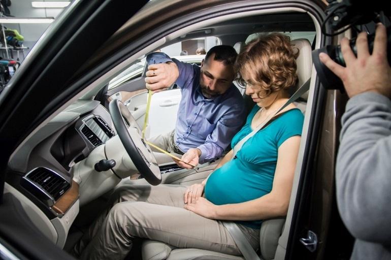 Jeśli jesteś w ciąży, zachowaj szczególną ostrożność prowadząc samochód i zadbaj o bezpieczną odległość brzuszka do kierownicy pojazdu.
