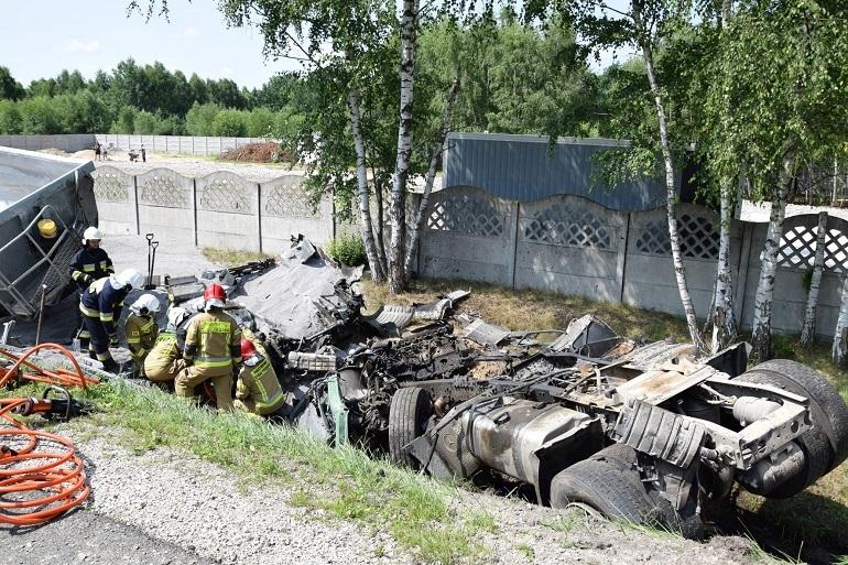 Kierowca tira, kierowca samochodu osobowego i dwoje małych dzieci zginęli na miejscu. Źródło: KP PSP Mińsk Mazowiecki.