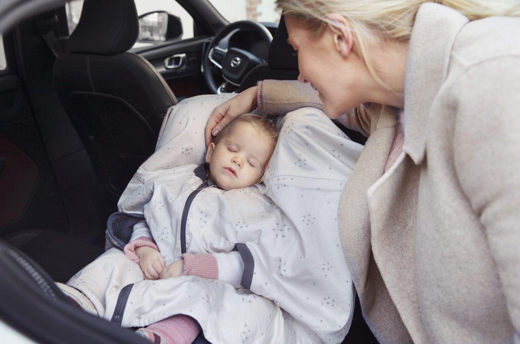 Warto zapewnić dziecku w foteliku samochodowym okrycie, które będzie zarówno ciepłe, jak i bezpieczne