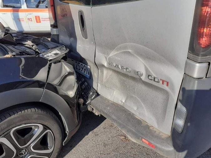 Właścicielka Citroena C3, jadąc około 60 km/h, uderzyła w tył Opla Vivaro stojącego na światłach